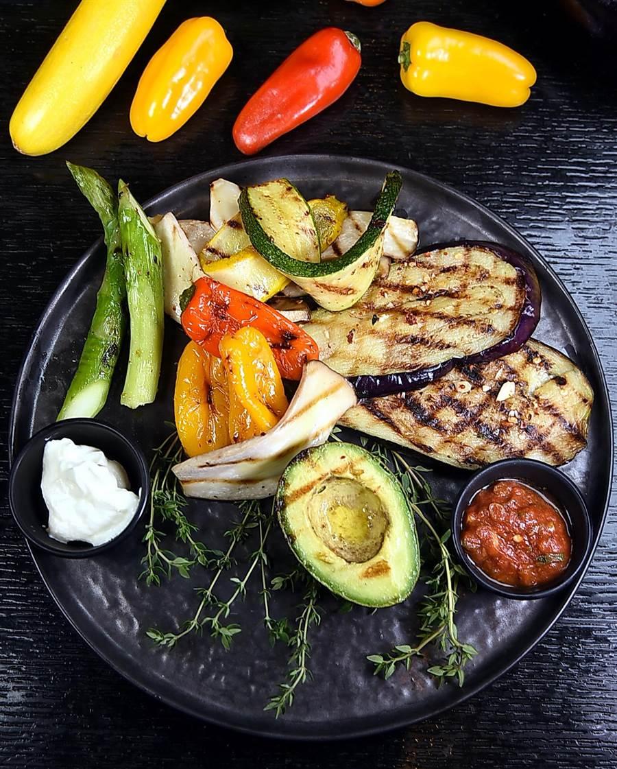 炭烤時蔬在一般Buffet餐廳較少見,升級再出發的〈探索廚房〉卻無限供應。(圖/姚舜攝)