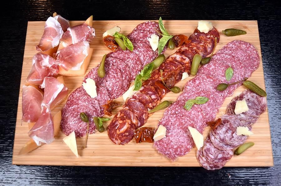 〈探索廚房〉的冷肉區有現切的義式生火腿、西班牙臘腸和沙拉米可以選擇。(圖/姚舜攝)