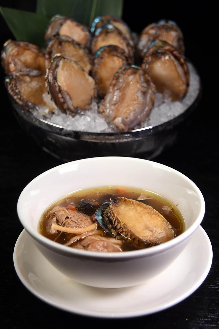 〈九孔鮑人蔘雞湯〉內盛裝著一斤20頭的台灣九孔鮑,一般Buffet餐廳不易見到這道菜。(圖/姚舜攝)