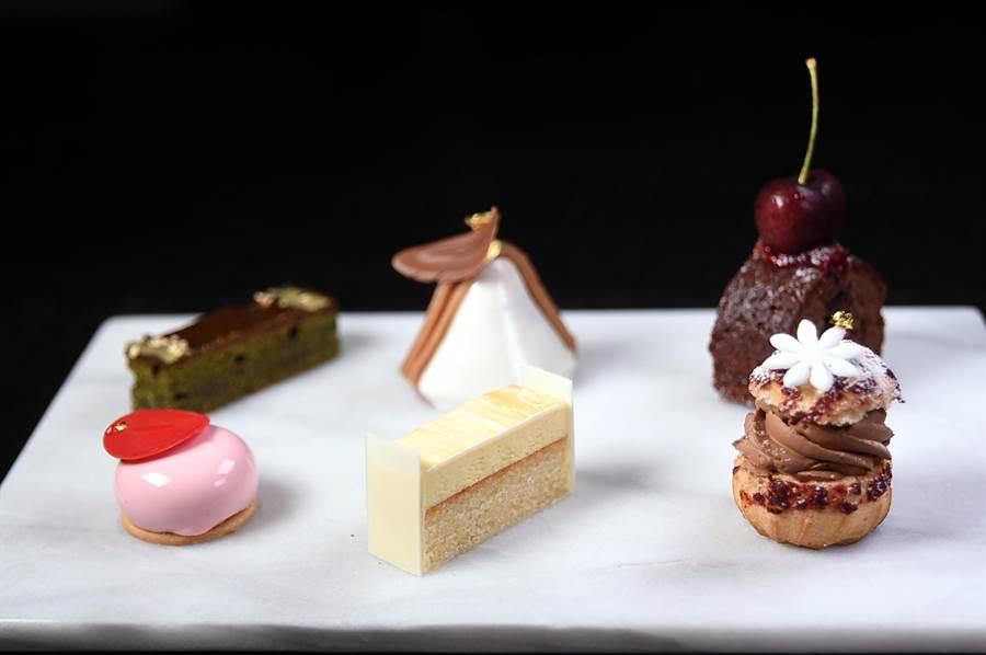寒舍艾美酒店〈探索廚房〉的甜點做工精緻繁浩,完全不遜於法式甜點專賣店的甜點。(圖/姚舜攝)