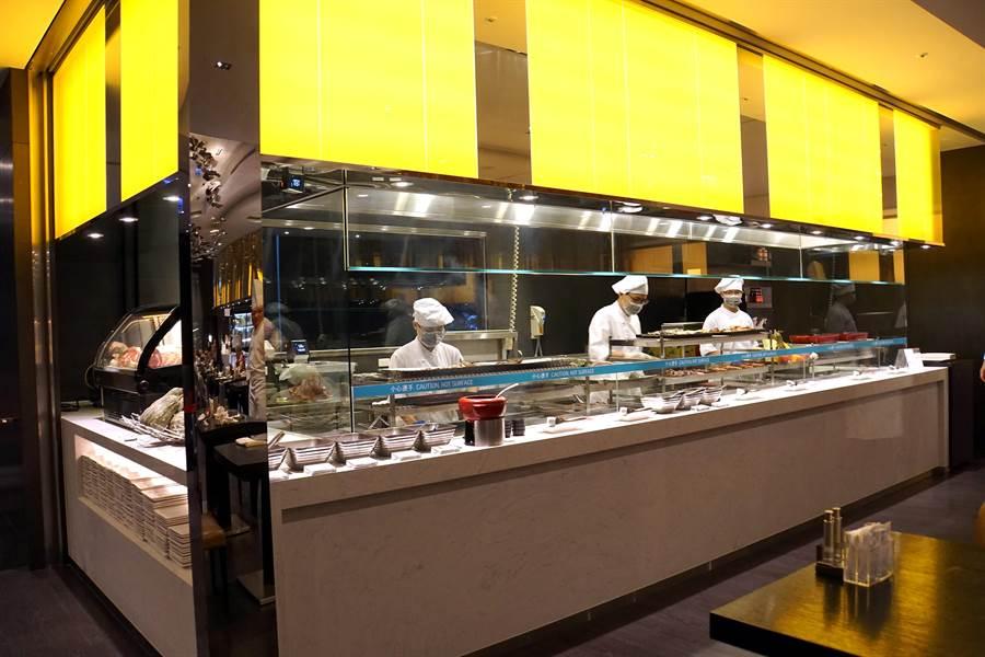 升級再出發的〈探索廚房〉Buffet餐廳,增加了一炭烤區並引進重直三層的恆溫Robata烤爐,以明火直烤各種食材。(圖/姚舜攝)