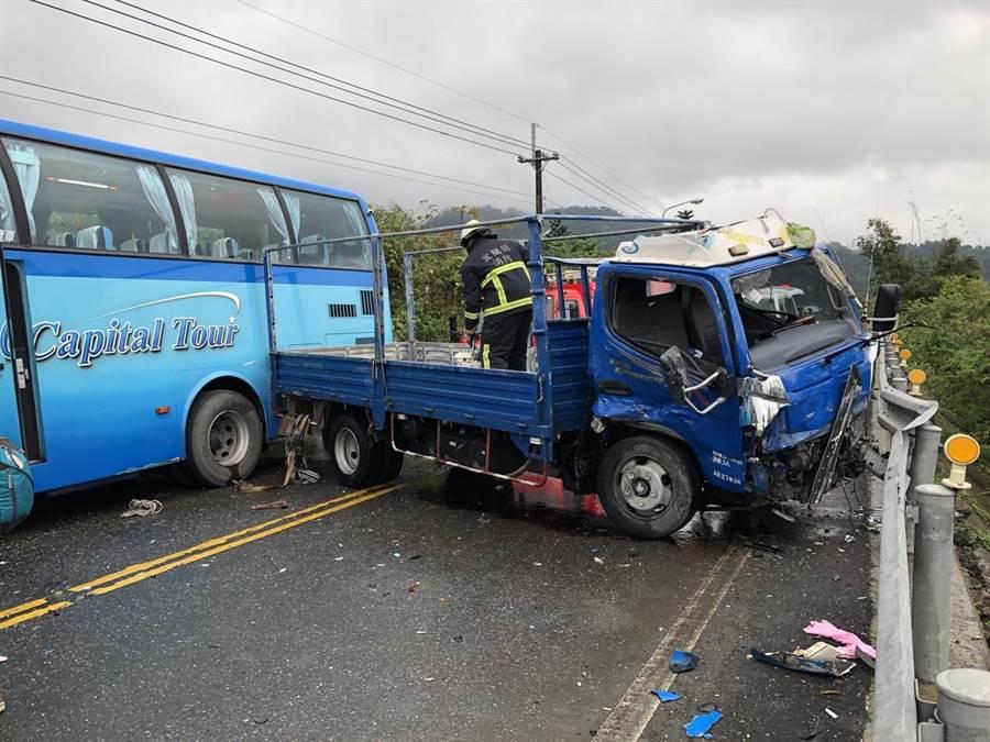 一輛首都通運遊覽車因違規超車與小貨車發生對撞,兩輛車的車頭嚴重受損,所幸兩車駕駛只受到輕傷。(宜蘭縣政府消防局提供)