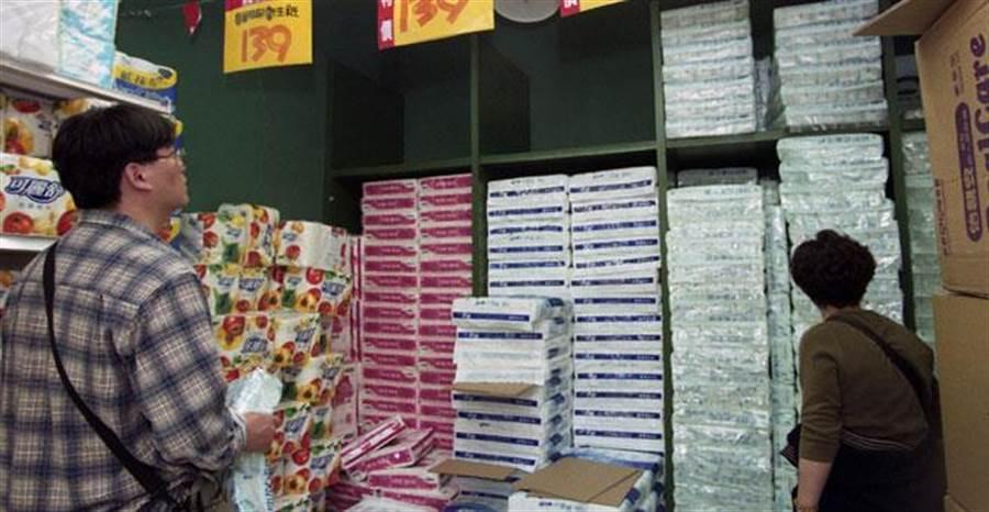 下月衛生紙將大漲,各賣場促銷活動不斷。(資料照片 劉宗龍攝)