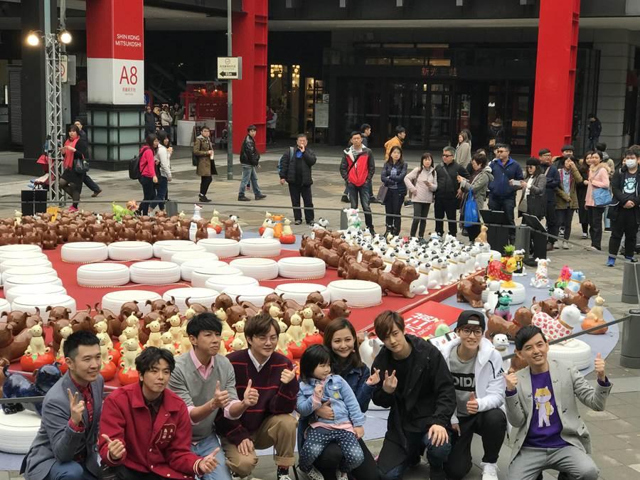 各界名人共同創作的「狗狗大軍」在台北信義新天地香堤廣場展出。(新光三越提供)