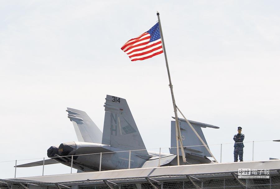 一名美軍士兵站在核航母尼米茲號上。(新華社資料照片)