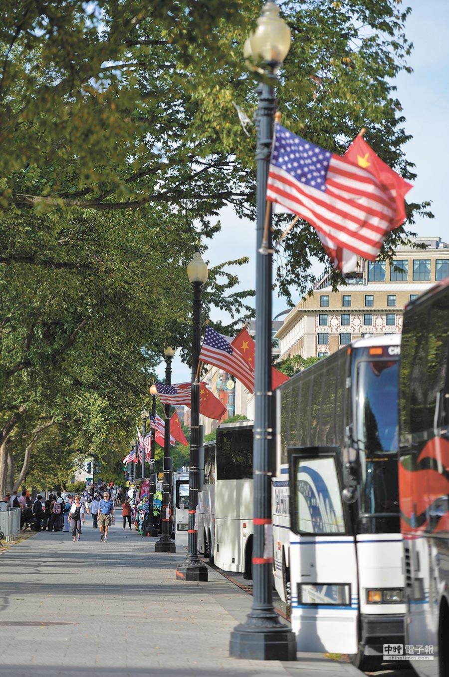 中美經濟實力還是有很大差距。圖為華盛頓街頭的中美國旗。(新華社)