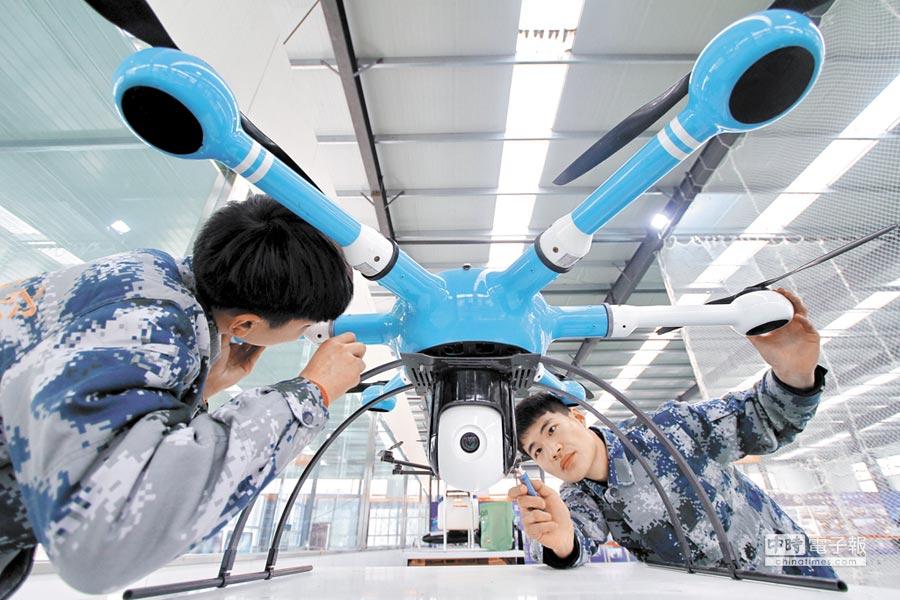 河北三豐航空科技公司技術人員調試多旋翼無人機。(新華社)