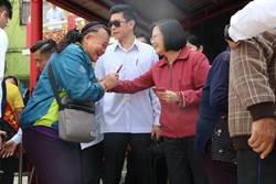 蔡英文終於回家了! 楓港居民排隊領紅包大喊「總統好」