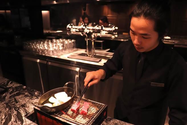 樂軒Urban提供專人燒烤服務,吧台區座位燒烤肉香撲鼻而來。(徐力剛攝)