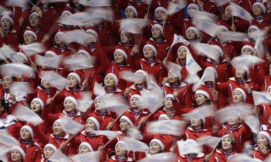 北韓正妹啦啦隊2月22日在韓國冬季奧運會中,為參加短道速滑男子500公尺準決賽的選手加油打氣。(美聯社)