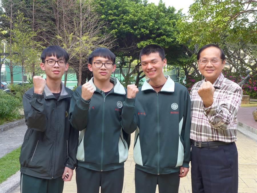 就讀僑泰高中的清寒學生詹和豪(右2),靠著獎學金拚到72級分,希望申請國防醫學院。(林欣儀攝)