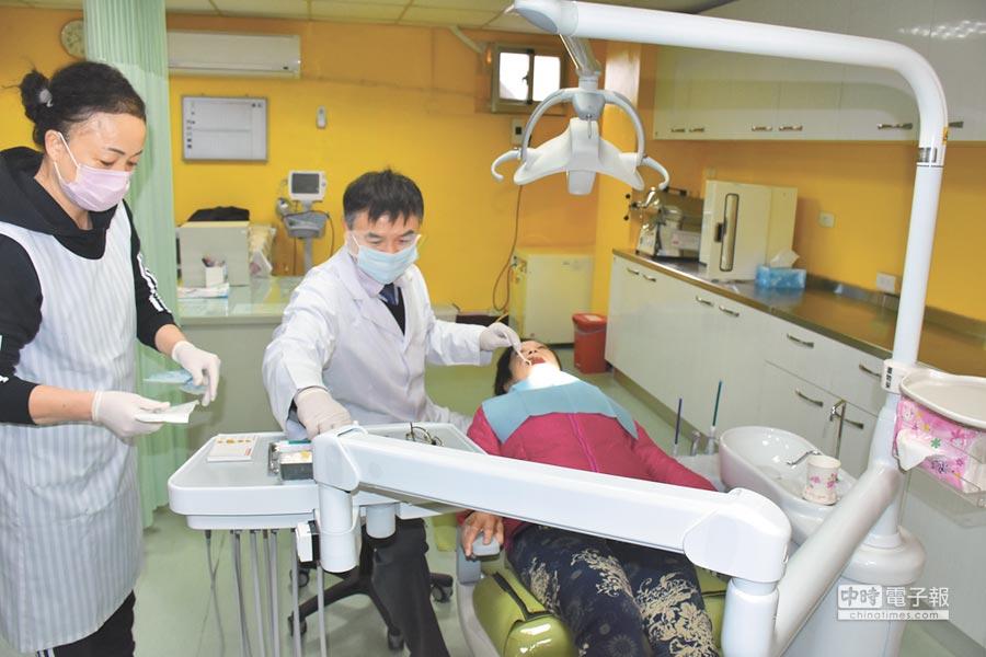 桃竹苗地區首間設置於老人安養機構的牙科診療室,23日正式在新竹縣啟用。(莊旻靜攝)