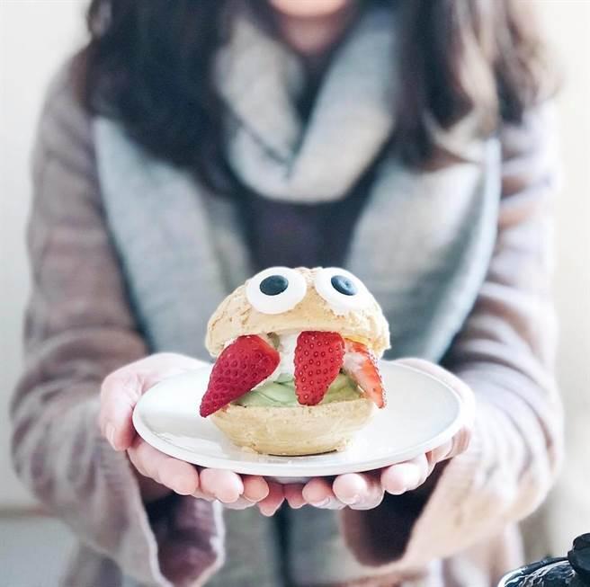 「旺來芙」草莓抹茶冰淇淋泡芙,可愛造型成為IG打卡熱門小物。(圖片取自路地ろじ臉書粉絲團)