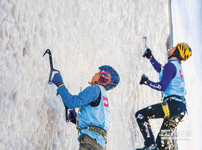 2月3日,蒙古國選手(左)和俄羅斯選手角逐國際登山聯合會攀冰世界盃中國站。(新華社)