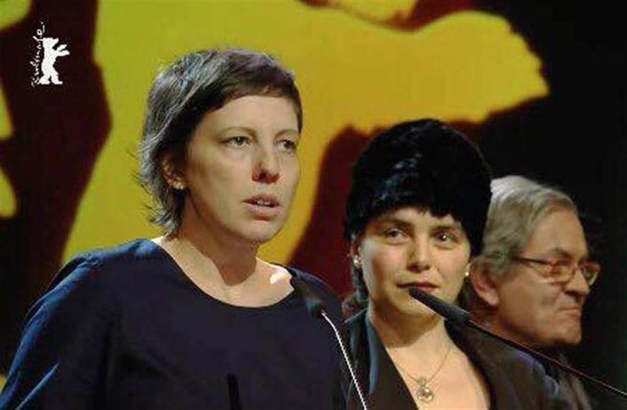 羅馬尼亞電影《禁身接觸》(Touch Me Not)勇奪金熊獎。女導演阿狄娜潘提琳(Adina Pintilie)上台致詞。(圖/翻攝柏林影展官網)
