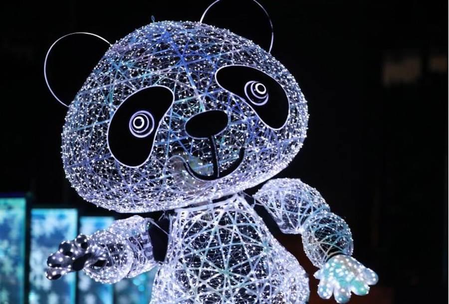 熊貓隊長率領表演者在「北京八分鐘」閉幕表演中賣力演出。(圖/新華社)