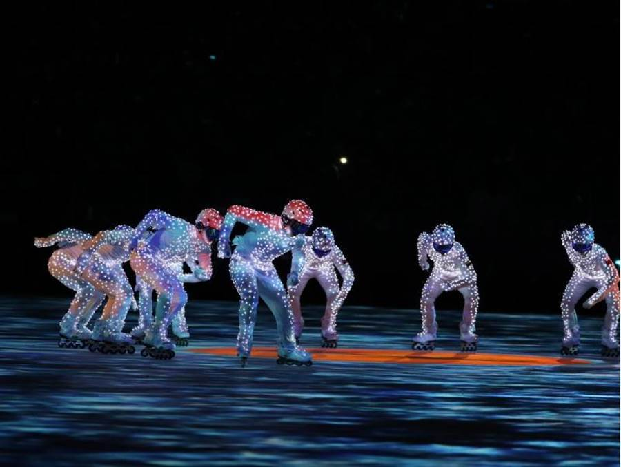 表演者在「北京八分鐘」閉幕表演中賣力演出。(圖/新華社)