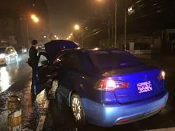深夜車拋錨女駕駛慌張無助  警巡邏車出現了
