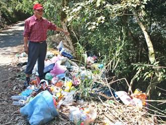民眾將垃圾倒滿產業道路 惡臭髒亂嚴重危及飲用水源