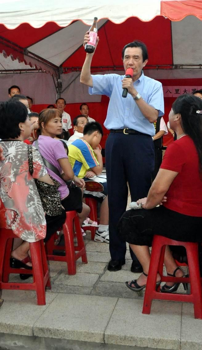 2011年,當時馬總統到新北市八里區大眾廟和民眾開講,仍舉起米酒。(本報系資料照片)★喝酒過量,有礙健康!