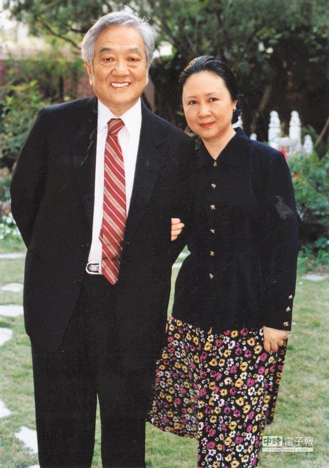 瓊瑤(右)與平鑫濤伉儷情深,攝於1994年。(本報資料照片)