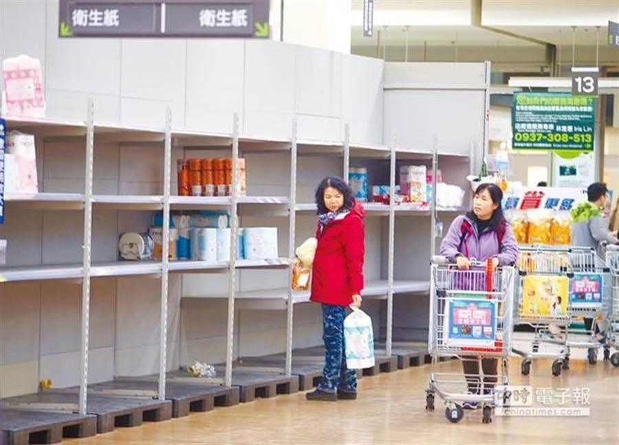 圖為大賣場內衛生紙專區被民眾搶購一空,只剩零星產品讓晚來的消費者選購。(本報系資料照)