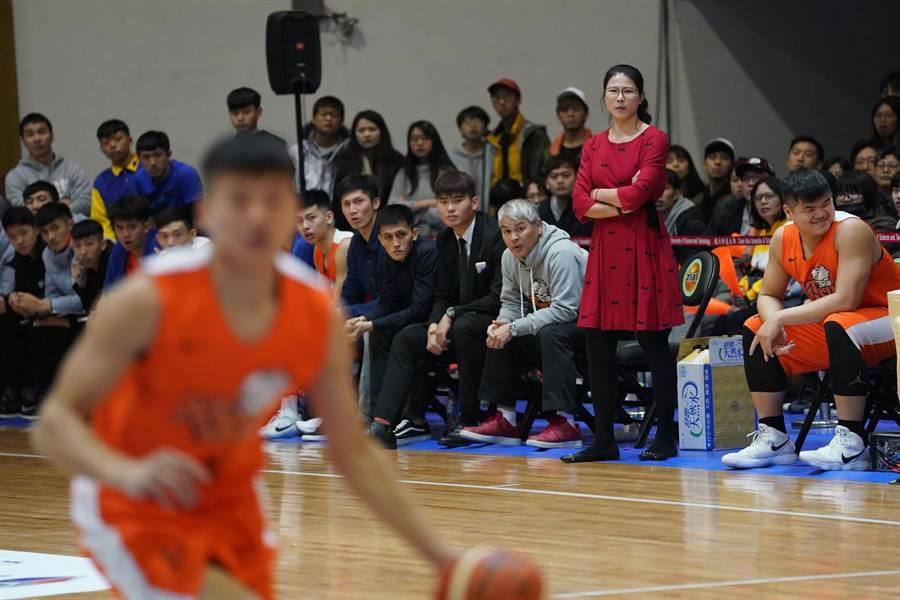 前中華女籃主控、國體大助理教練馬怡鴻(右),25、26日UBA成國體大代理主帥場邊指揮調度。(資料照,大專體總提供)