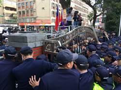 反年改群眾扔石頭抗議 警方喊:我們不是敵人