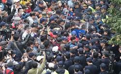 反軍改團體下午衝撃台灣國帳篷 與警方推擠