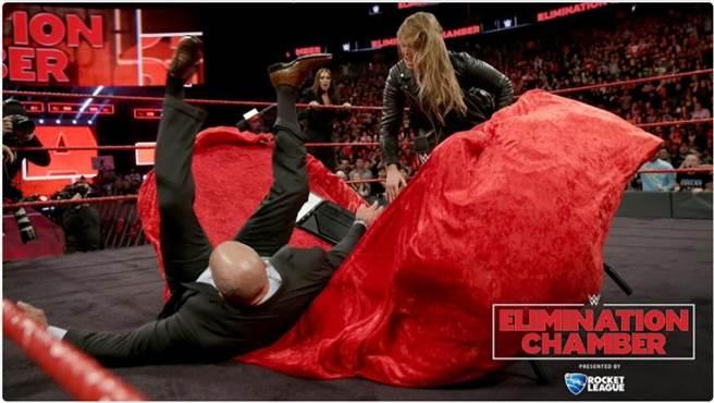 龍達魯西把WWE營運長Triple H摔穿桌子。(摘自推特@WWE)