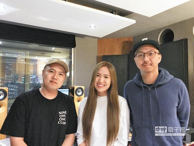 賴慈泓(右起)推出新歌和孫盛希攜手合唱,洋蔥抽空探班。