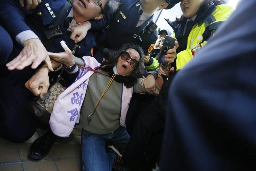 退伍軍人團體八百壯士今天上午在立法院發動突襲,與警方爆發數波衝突。(張鎧乙攝)