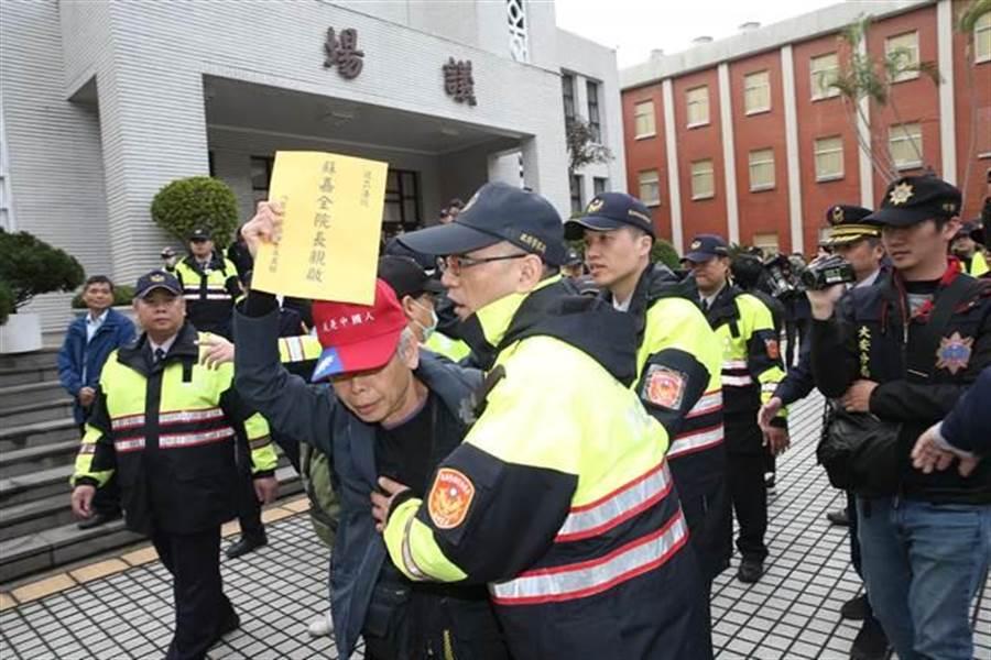 反年改團體衝進立法院並占領議場前,警方強勢將人架離。(姚志平攝)