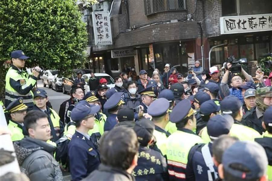 反年改團體衝進立法院並占領議場前及包圍各出入口。(姚志平攝)