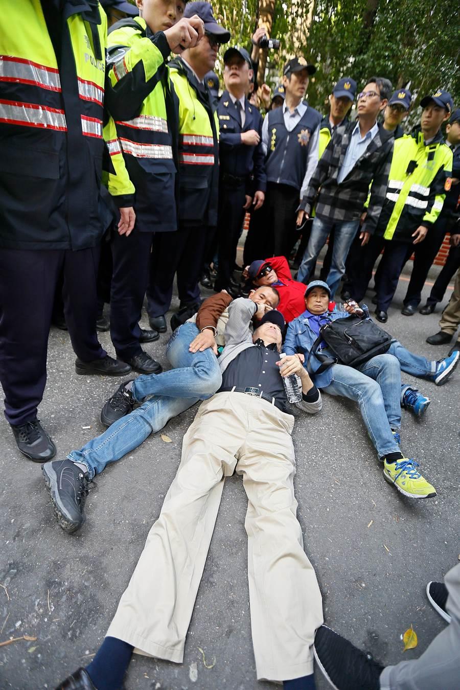 2017年02月27日台北市反年改團體27日清晨突襲立法院,與警方數度發生衝突。(張鎧乙攝)