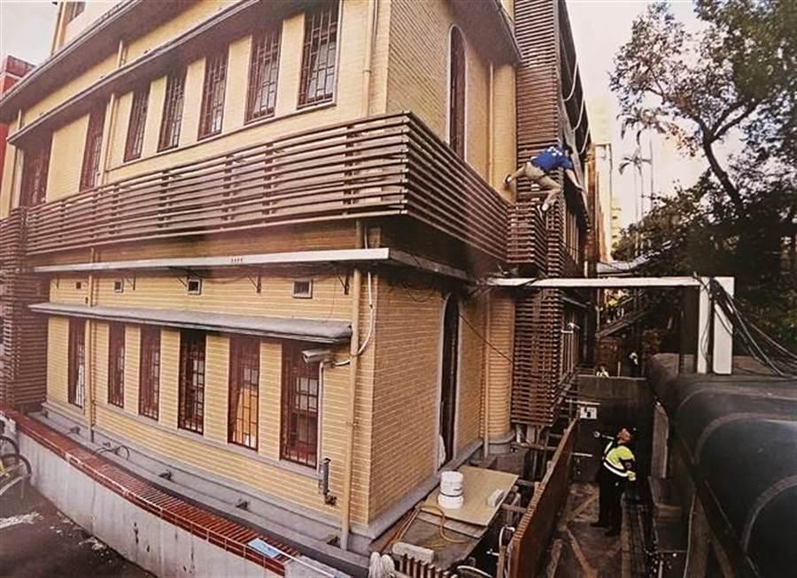 繆德生攀爬立院大樓外牆,員警一路要他停下,結果他卻不聽勸阻,攀上高牆不幸跌落地面。(張鎧乙翻攝)