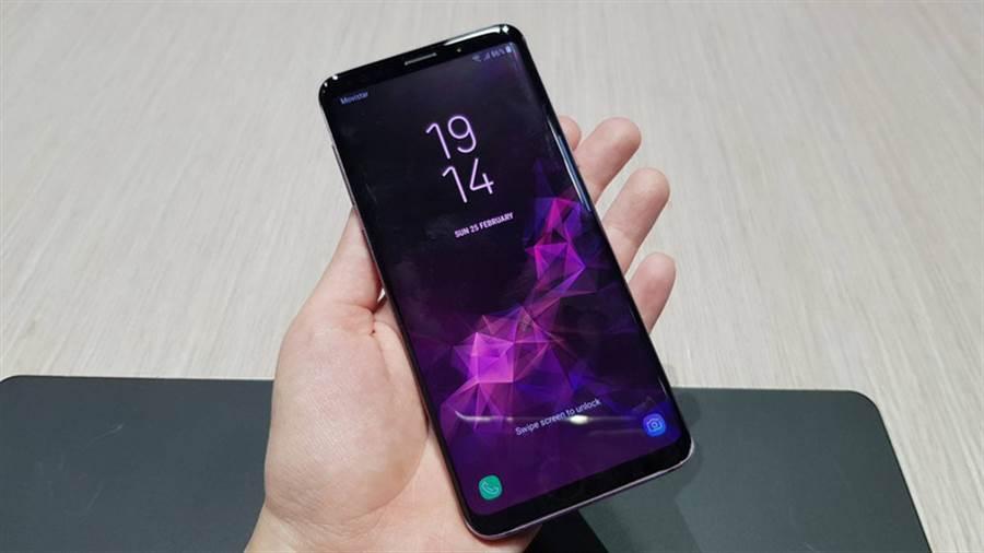 手機越賣越貴,未來手機業者將更仰賴「舊換新」方案,圖為三星新一代旗艦Galaxy S9系列。中央社記者江明晏攝 107年2月27日