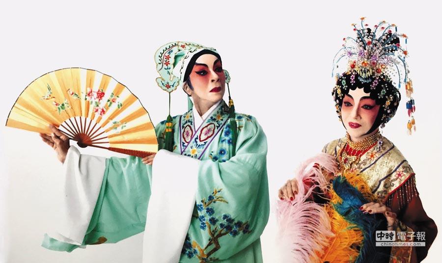 現年89歲的黃美玉(左)與87歲的何秋蘭,唱起廣東大戲,有模有樣。圖為兩人演出合照。(取自Havana Divas 古巴花旦臉書)