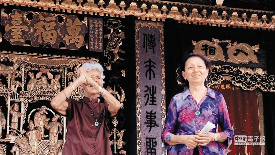 兩位古巴奶奶黃美玉(左)、何秋蘭(右),代替他們的華人爸爸重返故鄉大陸,唱起多段粵劇歌曲,一解跨越時空的鄉愁。圖為在廣東佛山祖廟的演出現場。(魏時煜提供)