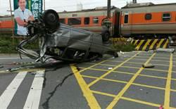轎車闖平交道遭撞 影響旅客4120人