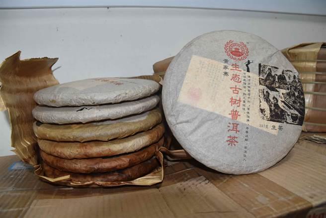 兩名嫌犯以一塊25元價格把偷來的茶餅磚賣掉,有違市場行情。(呂妍庭攝)