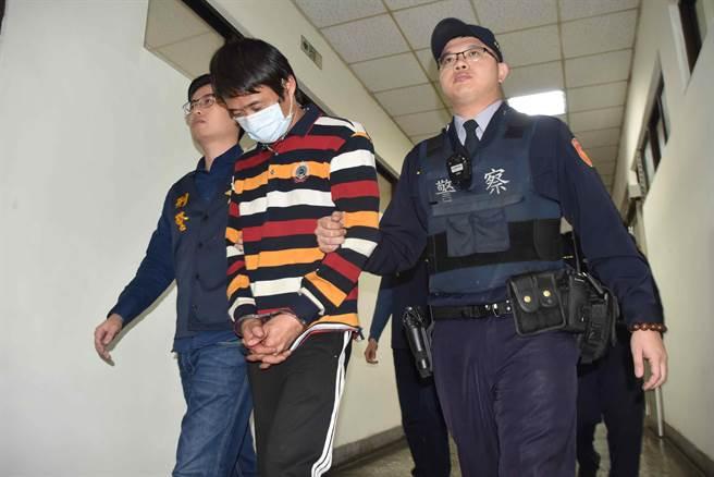 兩名嫌犯28日中午被依竊盜等罪嫌移送嘉義地檢署。(呂妍庭攝)