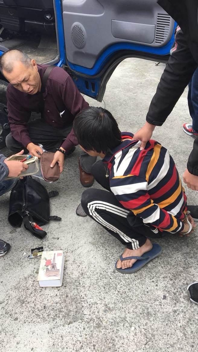 兩名嫌犯28日中午被依竊盜等罪嫌移送嘉義地檢署。(呂妍庭翻攝)