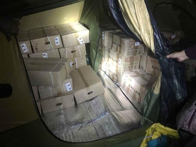 嫌犯把53箱的茶餅茶磚藏在山區,並以帳棚遮掩。(呂妍庭翻攝)