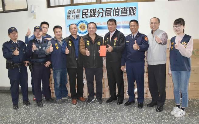 身兼警友辦事處主任的新港鄉長林茂盛一早就到分局頒發破案茶及破案獎金,以激勵警方士氣。(呂妍庭攝)