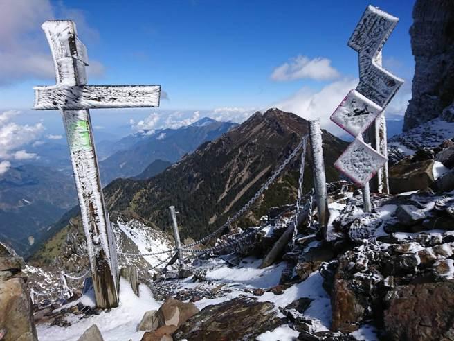 玉山靜山結束,3月恢復入園,但積雪仍多,攀登主、群峰仍需攜帶雪地裝備。(玉山國家公園管理處提供)