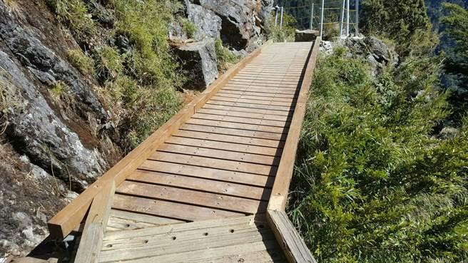 玉管處人員利用靜山期間,整修新設步道5.6k的木棧道及所有木棧道加設止滑條。(玉山國家公園管理處提供)