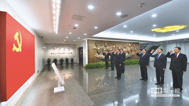 2017年10月31日,大陸國家主席習近平等瞻仰中共一大會址。(新華社)