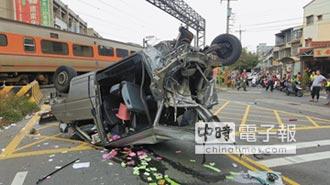 廂型車卡平交道 遭自強號撞翻