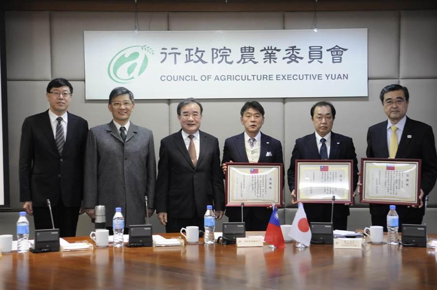 主任秘書胡忠一(左3)頒發感謝狀給中日本高速道路株式會社等企業界人士。(農委會提供)